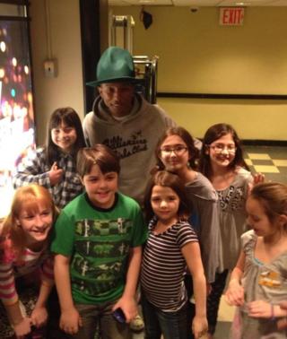 Pharrell Williams w SNL skit kids